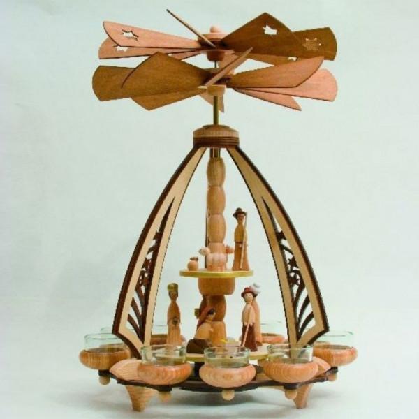 Doppelpyramide als Bogen mit Weihnachtskrippe
